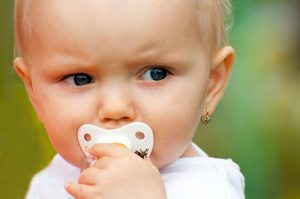 в каком возрасте лучше прокалывать детям ушки